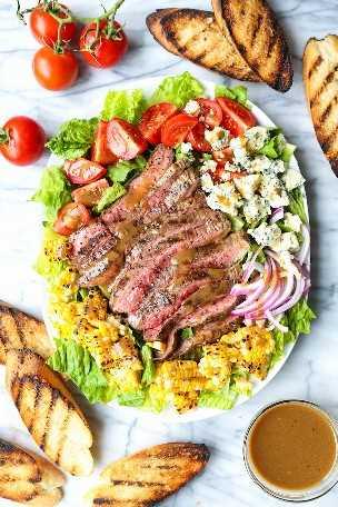 Ensalada de filete a la parrilla con vinagreta balsámica: con filete a la parrilla, maíz carbonizado, tomates y queso azul. ¡Dile adiós a las ensaladas aburridas! MUY MUY BIEN.