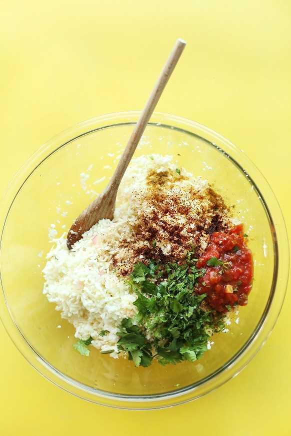 Mezclando el arroz de coliflor y los condimentos para un saludable tazón de burritos de arroz con coliflor