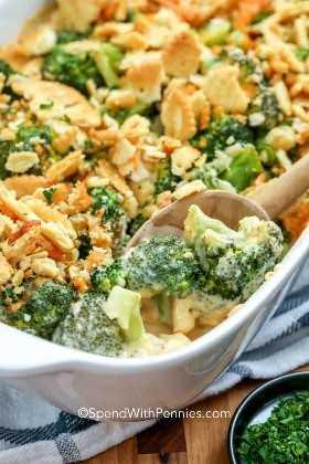 Cazuela de brócoli que se sirve de una cazuela