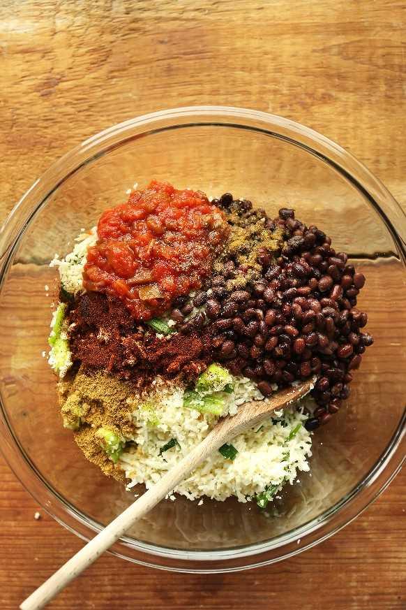Mezclando ingredientes de relleno para pimientos rellenos veganos ricos en proteínas y fibra