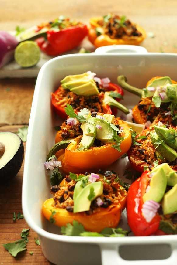 Pimientos rellenos de arroz de coliflor mexicana con cebolla roja, cilantro y aguacate fresco