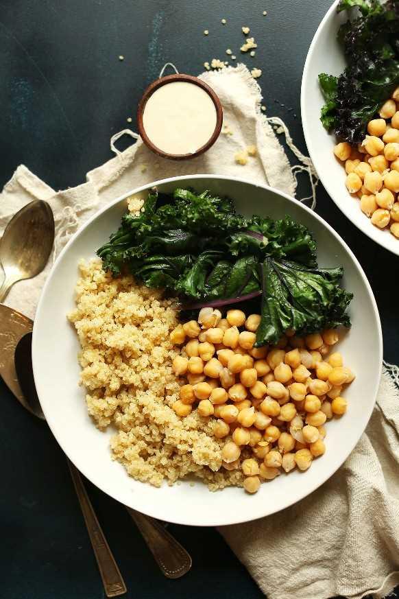 Cuencos de Buda de garbanzos y quinua con salsa de col rizada y tahini para una comida simple a base de plantas