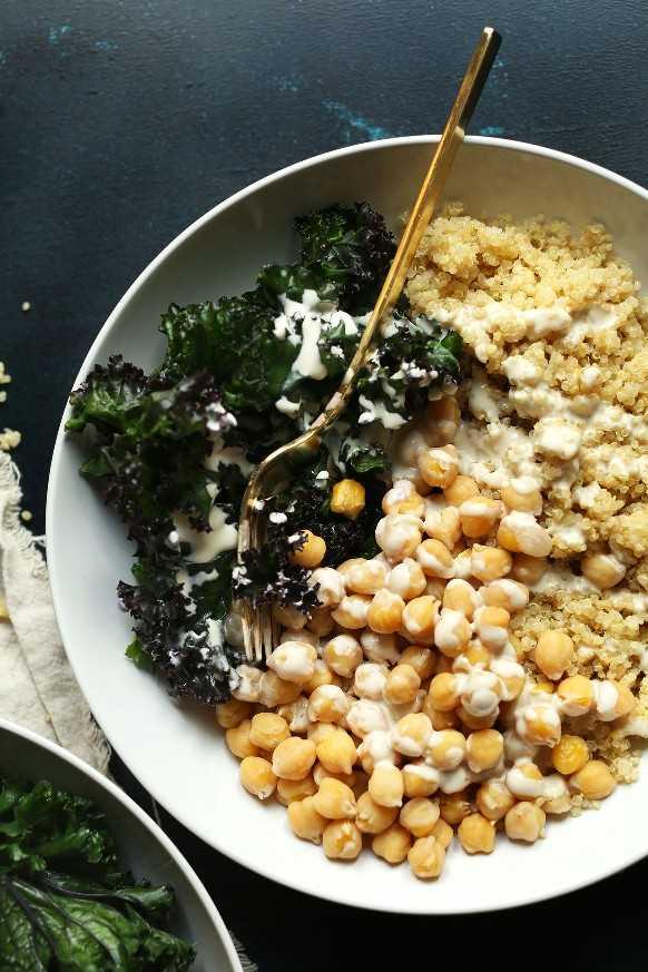 Nuestra receta del cuenco de Buda de garbanzos y quinua lista para ser devorada para una cena rápida a base de plantas