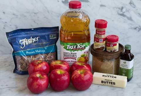 Los ingredientes necesarios para hacer manzanas horneadas incluyen manzanas, jugo de manzana, nueces, canela, nuez moscada, vainilla, mantequilla y azúcar moreno.
