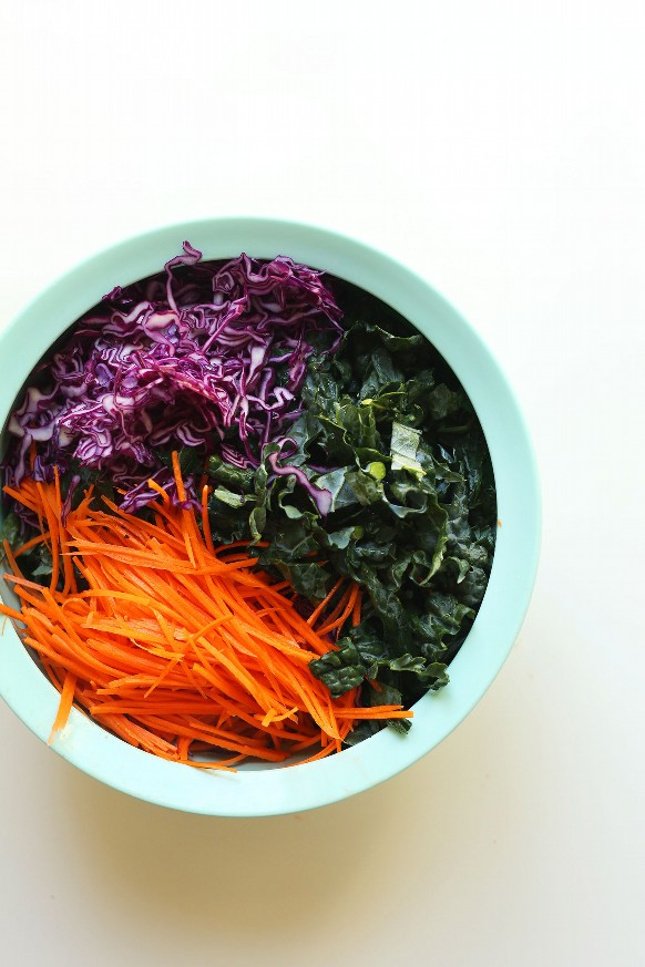 Ensaladera grande con col rizada, repollo rojo y zanahorias para nuestra fácil ensalada asiática de col rizada