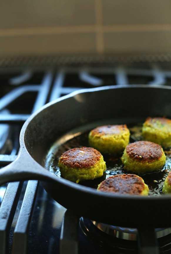 Cocinar falafel vegano en una sartén de hierro fundido para cuencos mediterráneos