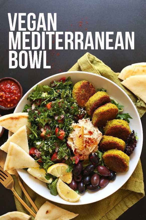 Sirviendo nuestra receta Vegan Mediterranean Bowl para una cena saludable a base de plantas