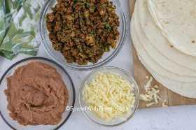 Ingredientes de burrito de carne moída.