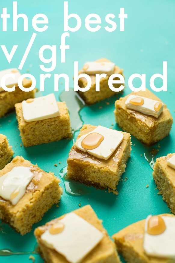 Cuadrados de pan de maíz tierno y desmenuzable perfecto para un postre vegano de otoño sin gluten
