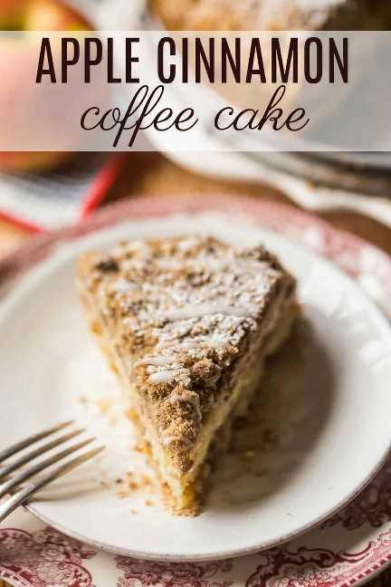 Rebanada triangular de pastel de café de manzana en un plato con manzanas frescas en el fondo.