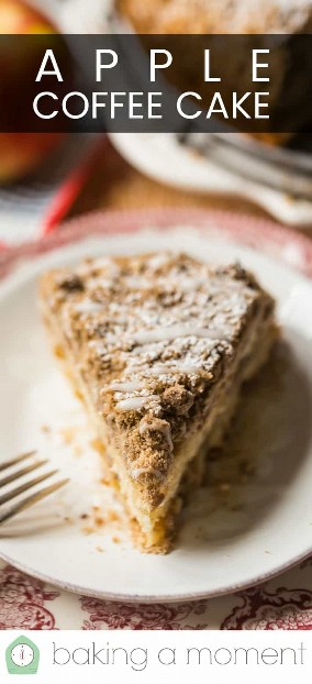 """Cuña de tarta casera de café de manzana en un plato rojo vintage con un tenedor plateado y una superposición de texto encima de """"Apple Coffee Cake""""."""
