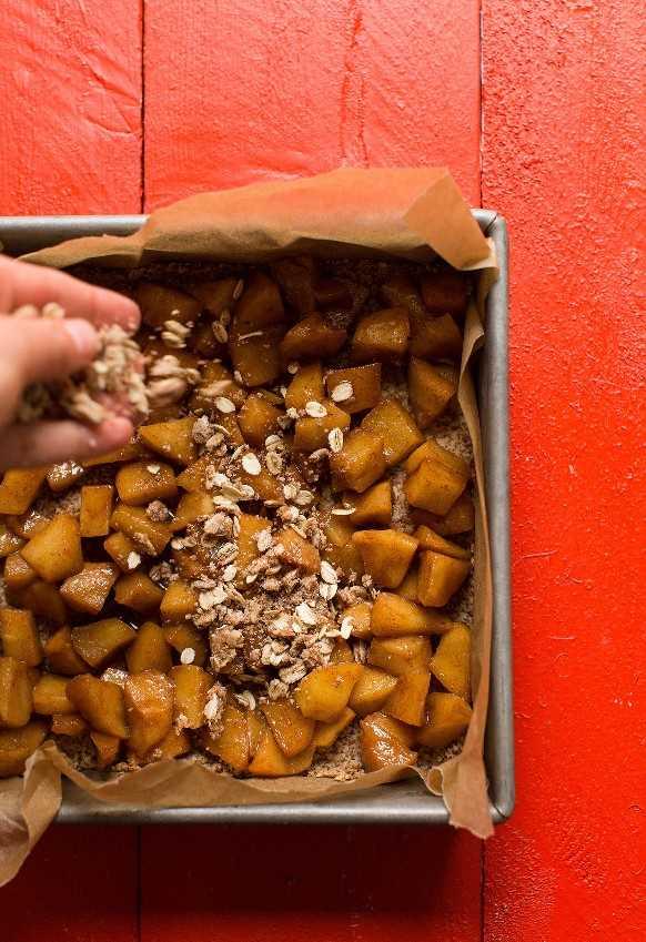 Espolvorea deliciosas migas sin gluten sobre nuestra receta vegana de barras de pastel de manzana