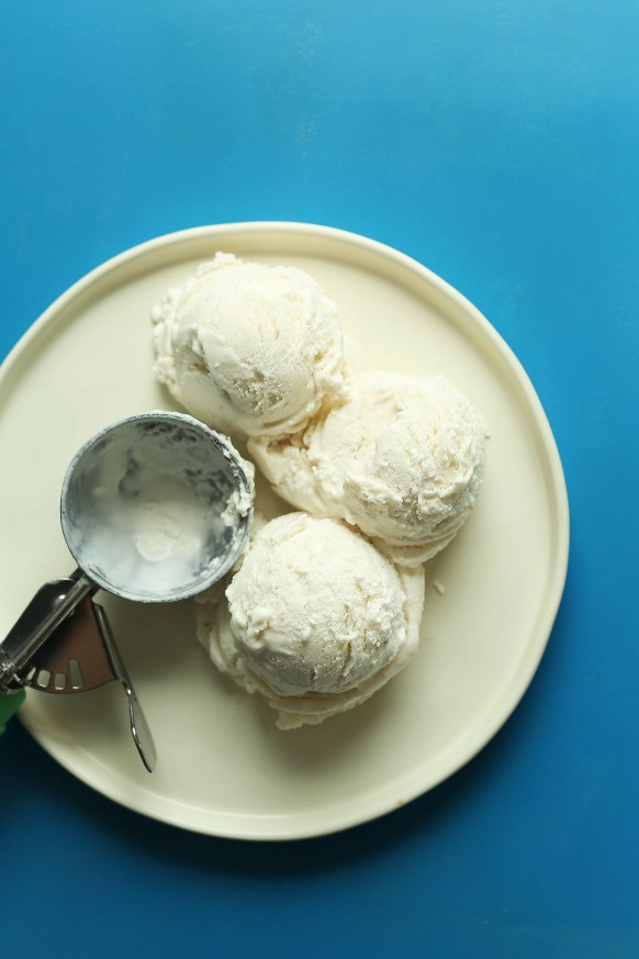 Tres bolas de helado vegano de vainilla y coco para hacer nuestro batido de malta y chocolate