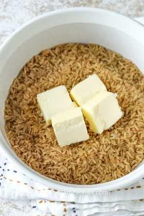 Cazuela con arroz integral y mantequilla