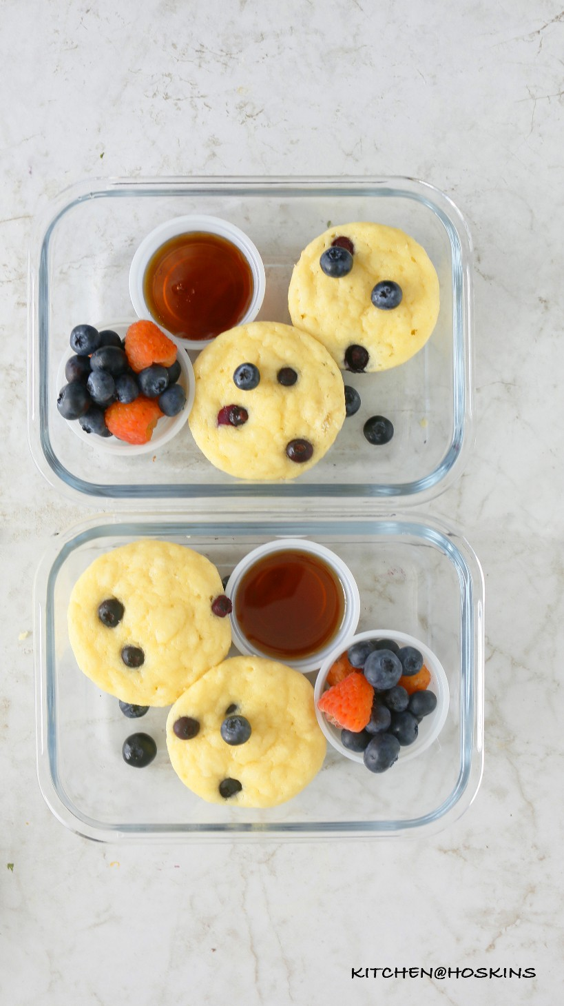 esponjosos panqueques de arándanos en un molde para muffins