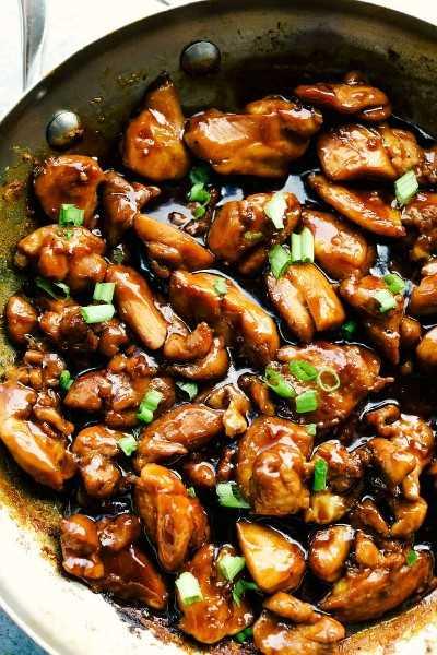 El mejor pollo a la Bourbon es muslos de pollo tiernos y jugosos cortados en trozos a fuego lento en un glaseado dulce de azúcar moreno que se derretirá en la boca. ¡Rico en sabor y servido sobre arroz para una comida completa!