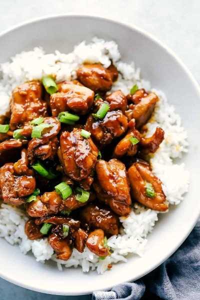 pollo bourbon sobre arroz blanco y adornado con cebolla verde