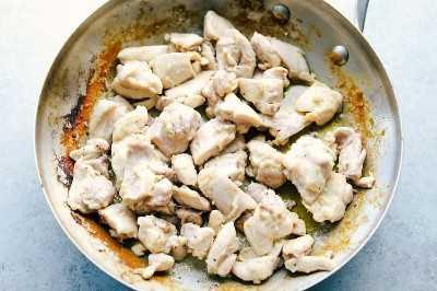 pollo cocinando en una sartén