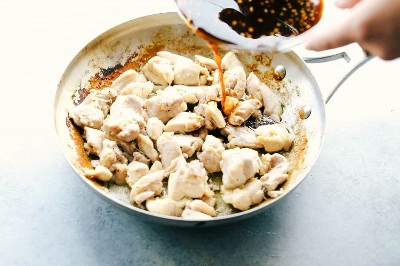 pollo cocido con glaseado vertiendo sobre él