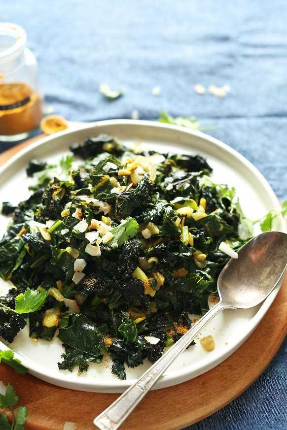Un gran plato lleno de verduras veganas sin gluten de coco al curry