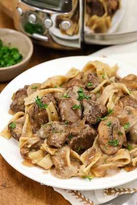 Un plato de stroganoff de carne hecho en la olla de cocción lenta