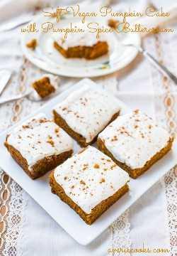 Pastel de calabaza vegano suave con glaseado de crema de mantequilla y especias de calabaza: pastel rápido y fácil que nunca adivinará que es vegano. Receta en averiecooks.com