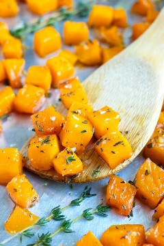 Cubitos de calabaza tostada de arce para una receta rápida, fácil y saludable de calabaza.
