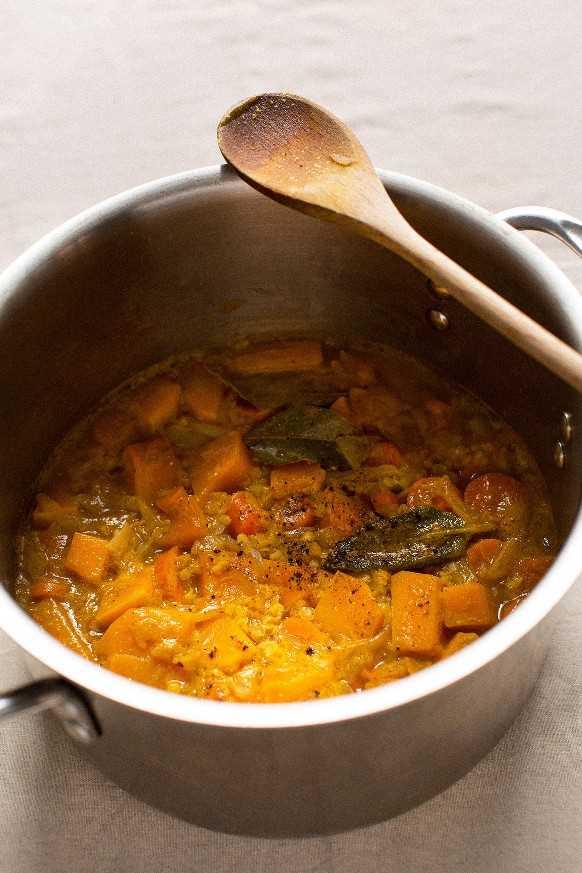 Calabaza y verduras cocidas listas para hacer puré en sopa de calabaza