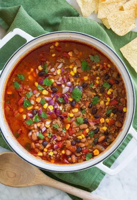 Imagen de arriba de la olla llena de sopa de taco fácil.
