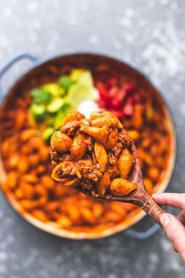 Easy one pot Receta de conchas de enchilada de res | lecremedelacrumb.com