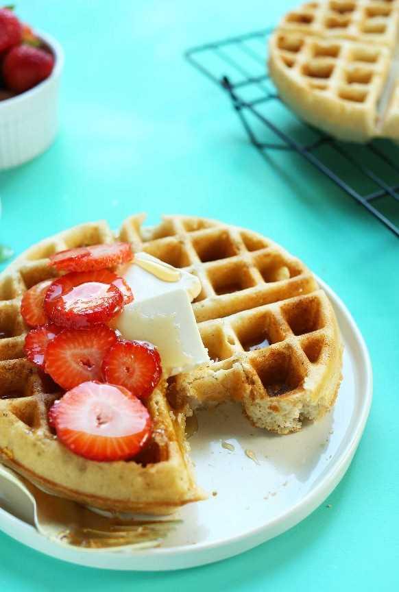 Gofre parcialmente comido en un plato para un desayuno vegano sin gluten