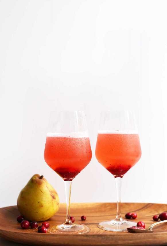 Dos copas con cócteles de champán de lujo para la celebración de la víspera de Año Nuevo