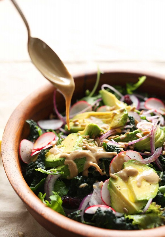 Verter el aderezo casero sin mezclar más fácil sobre nuestra receta de ensalada de desintoxicación