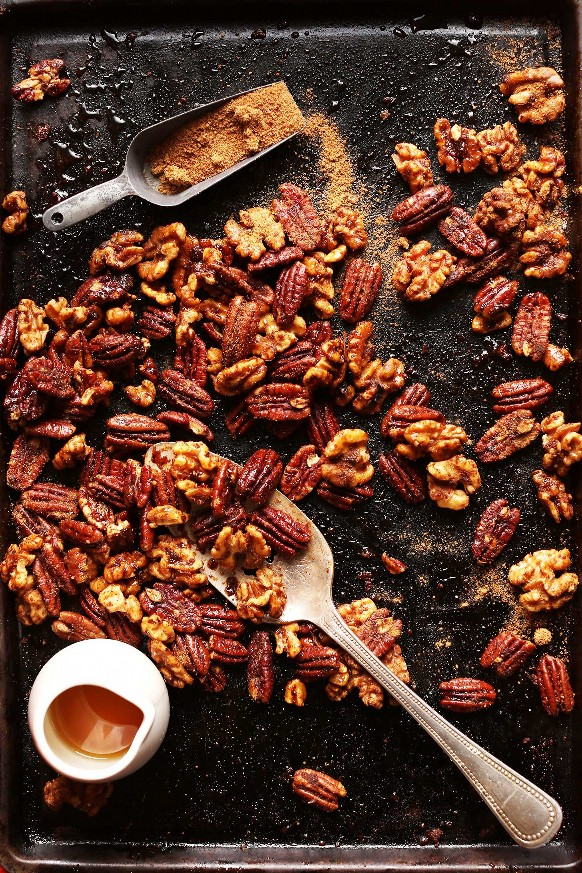 Bandeja para hornear con nueces y nueces listas para ser convertidas en nueces confitadas asadas para las fiestas