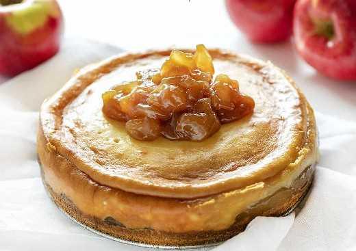 Agregar manzanas al pastel de queso con manzana y caramelo