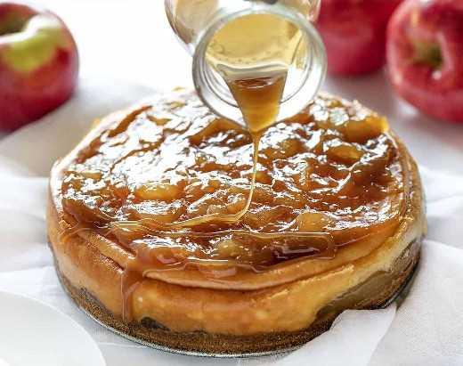 Rociando caramelo sobre un pastel de queso con manzana y caramelo