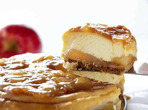 Cortar una rebanada de un pastel de queso con manzana y caramelo