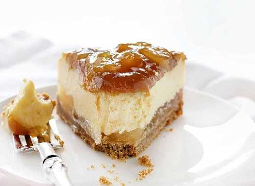 Muerde una rebanada de pastel de queso con manzana y caramelo