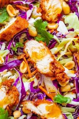Ensalada crujiente de pollo con maní: pollo crujiente frito con repollo crujiente, zanahorias, maní, cilantro y la salsa de maní casera MÁS FÁCIL y MEJOR que cubre cada bocado. ¡Una ensalada que CRAVE una y otra vez!