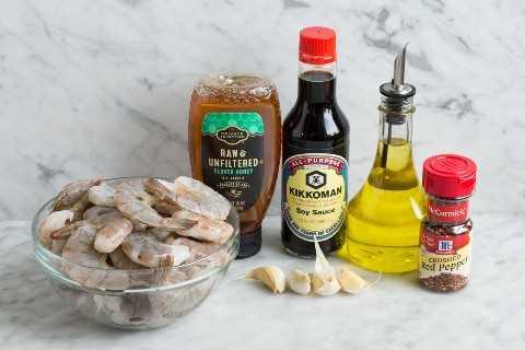 Camarones a la parrilla e ingredientes marinados.