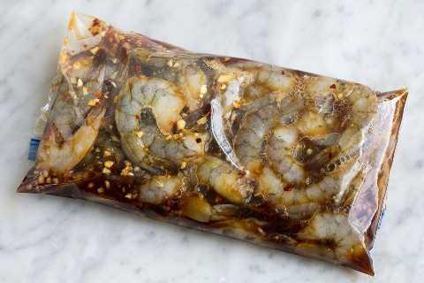 Camarones en escabeche en una bolsa de plástico con cierre.