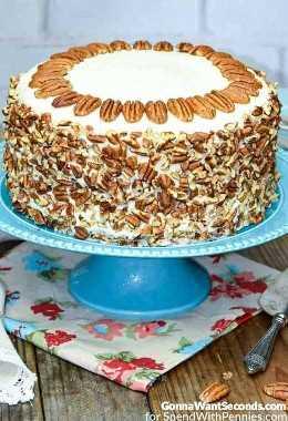 Pastel de colibrí con nueces en plato de pastel azul