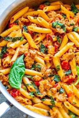 One Pot Italian Sausage and Tomato Basil Pasta: ¡una receta de comida reconfortante FÁCIL cargada de sabores italianos, lista en 20 minutos, hecha en UNA olla y favorita de la familia! ¡No es necesario hervir la pasta por separado para ahorrar tiempo y platos!
