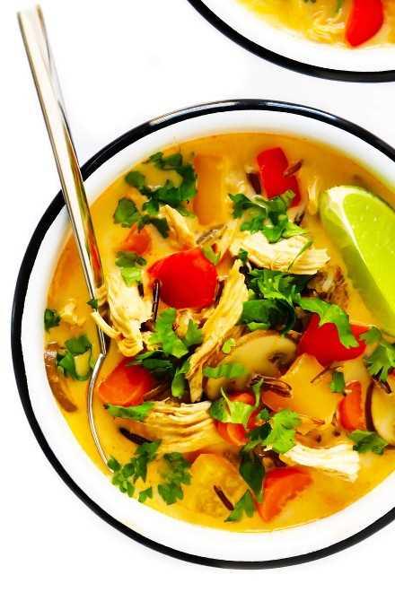 Sopa de arroz salvaje con pollo al curry rojo tailandés