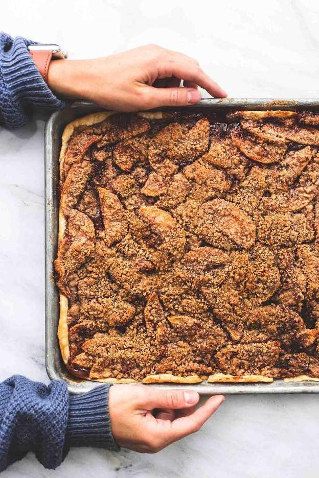 Receita fácil da sobremesa da queda da torta de maçã com cobertura de crumble e esmalte de bordo | lecremedelacrumb.com