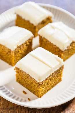 Pastel fácil de especias de calabaza con glaseado de queso crema: ¡suave, húmedo y lleno de sabor a calabaza! ¡Querrás el glaseado por cucharadas! (¡Quién necesita el pastel cuando hay un delicioso glaseado de queso crema!)