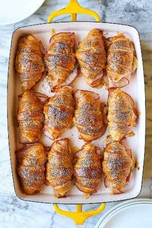 Croissants de presunto e queijo assados - tão fáceis de fazer para uma multidão! Os mini croissants são assados e escamosos, assados com mel Dijon, que é amanteigado. WHOA.