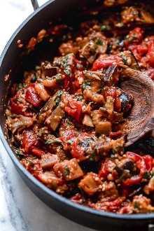 Esta sencilla salsa de berenjenas y tomates es deliciosa, hecha con berenjenas en cubitos guisadas con tomates y ajo. Me encanta servido sobre pasta, pero también es excelente como guarnición por sí solo.