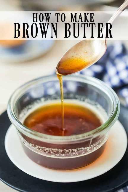 """Salsa de mantequilla marrón rociada de una cuchara en un tazón de vidrio, con una superposición de texto encima de """"Cómo hacer mantequilla marrón""""."""