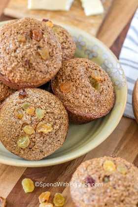 Muffins de salvado de pasas apilados en un tazón.